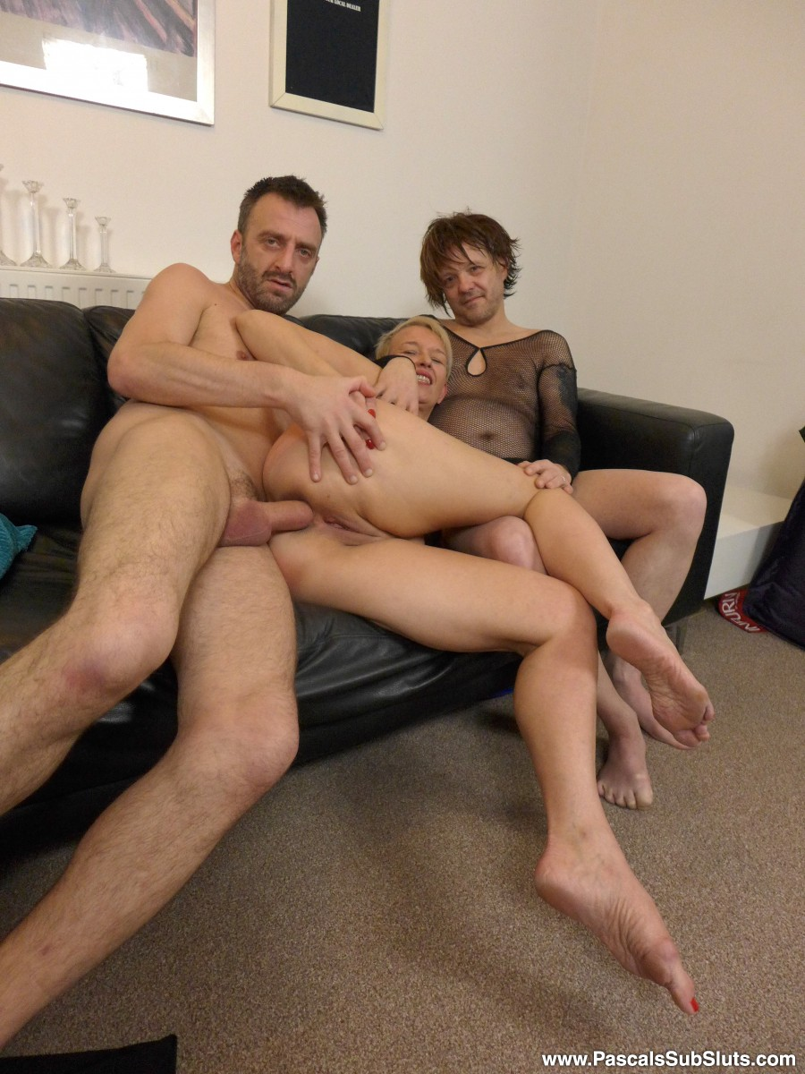 Mature slut Scarla Swallows gets fucked up her ass by Pascal and his